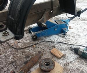 Как самому заменить колесо в прицепе?